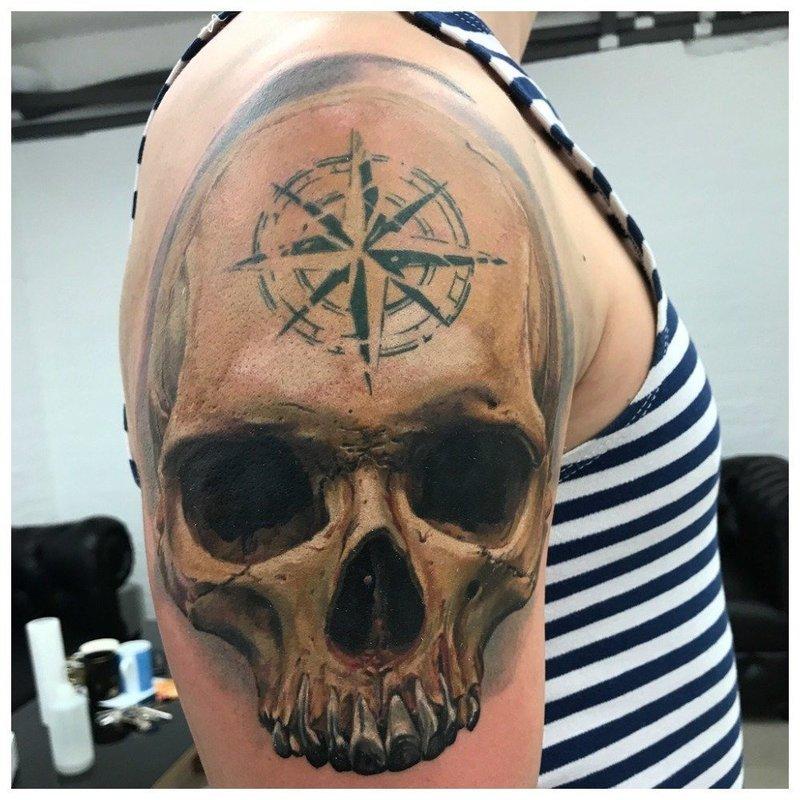 Череп и компас - тату у мужчины на плече