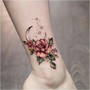 Татуировка розы на ноге