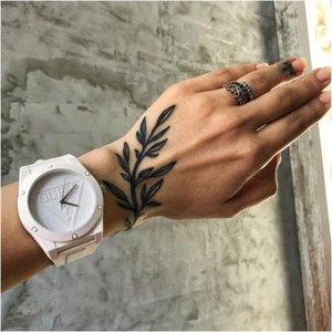 Цветочный узор на руке