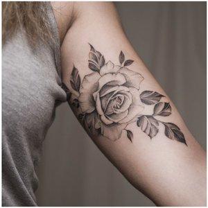 Роза на внутренней части предплечья