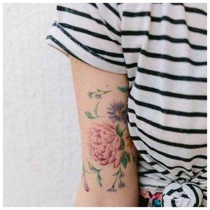 Цветочная тематика тату для девушки
