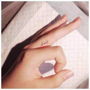 Надпись на пальце