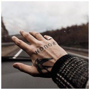 Оригинальное тату у мужчины на руке