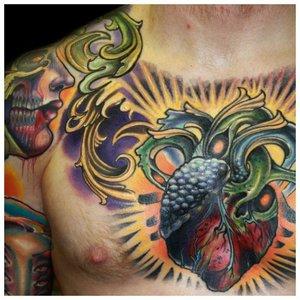 Тату с сердцем на груди