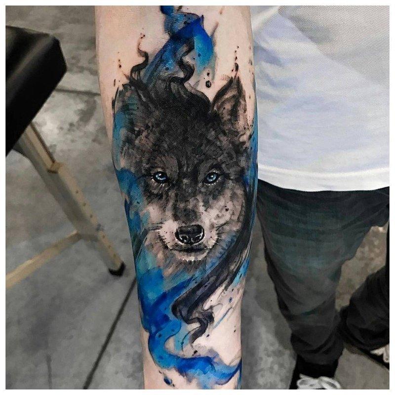 Волк в цветной стилистике - тату на руку