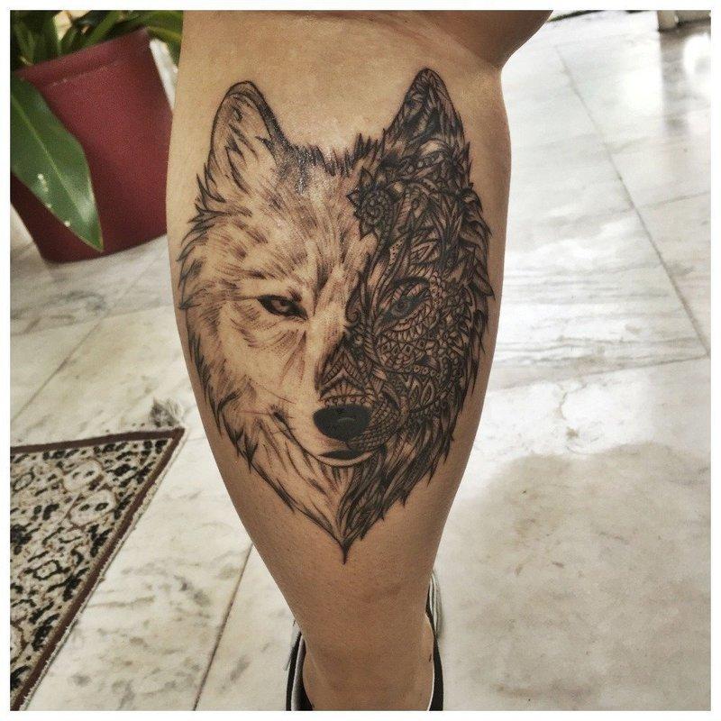 Красивое тату волка на икре у мужчины