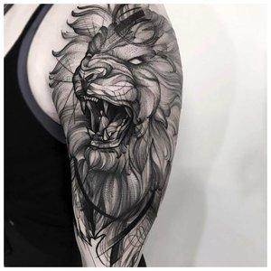 Разъяренный лев - тату мужчинам на руку
