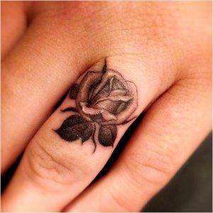Тату розы на пальце
