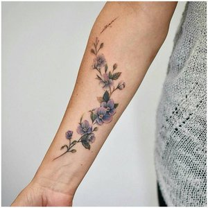Аккуратная цветочная татуировка на руке