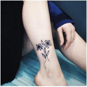 Парный цветок на ноге