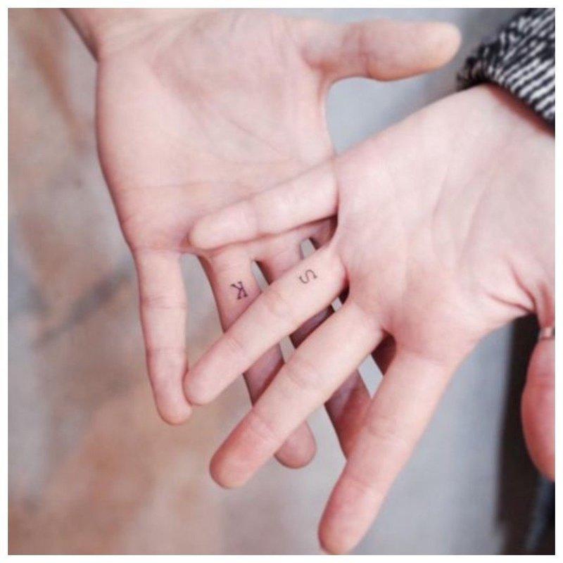 Тату на пальцах у влюбленных