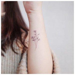 Нежное тату цветка на руке