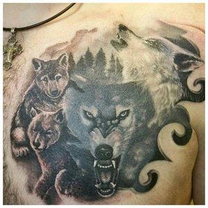 Волк со своей стаей - тату на груди у мужчины