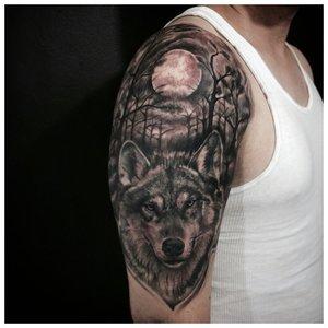 Волк в лесу - тату на плече