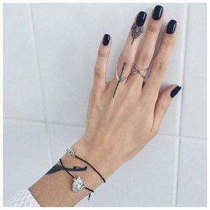 Тату на палец девушке