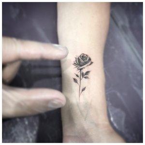 Маленький цветок - нежное тату на запястье
