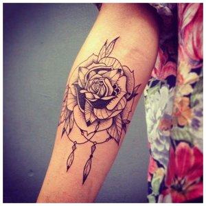 Тату на руке девушки в виде розы
