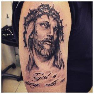 Тату-надпись с портретом иисуса