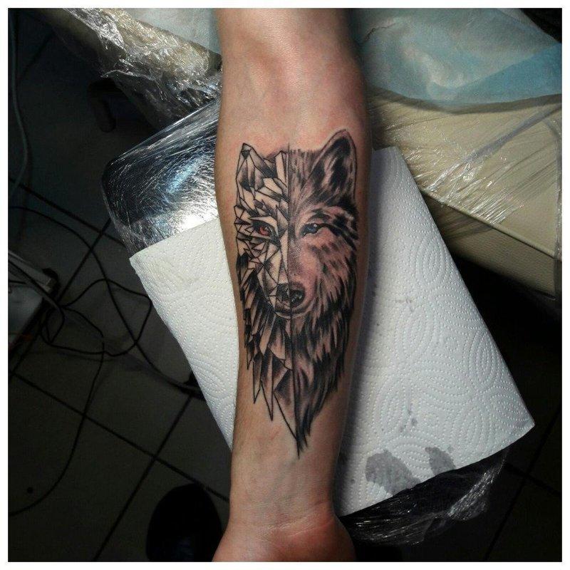 Оригинальное тату волка у мужчины на руке