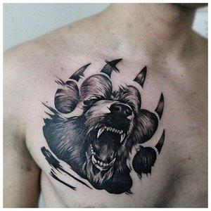 Волчья лапа и пасть - тату у мужчины на груди