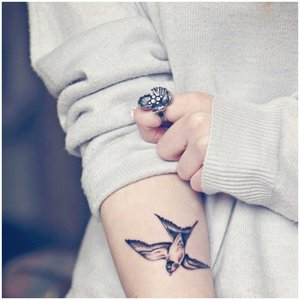 Мини-птица на руке