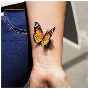 Бабочка - тату на запястье девушке