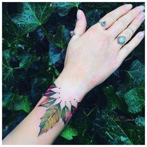 Крупное цветочное тату на руку