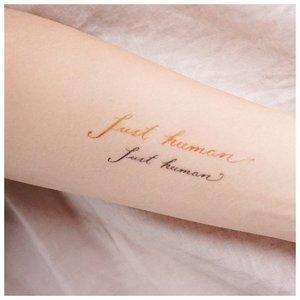 Аккуратная надпись в виде тату на руке