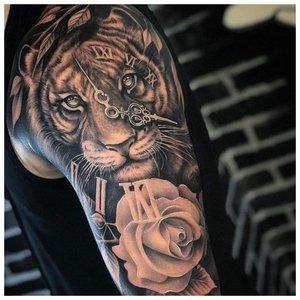 Анималистическая татуировка мужчине на руку