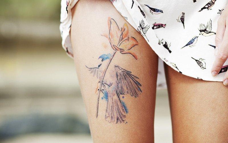 Красивое женское тату на ноге