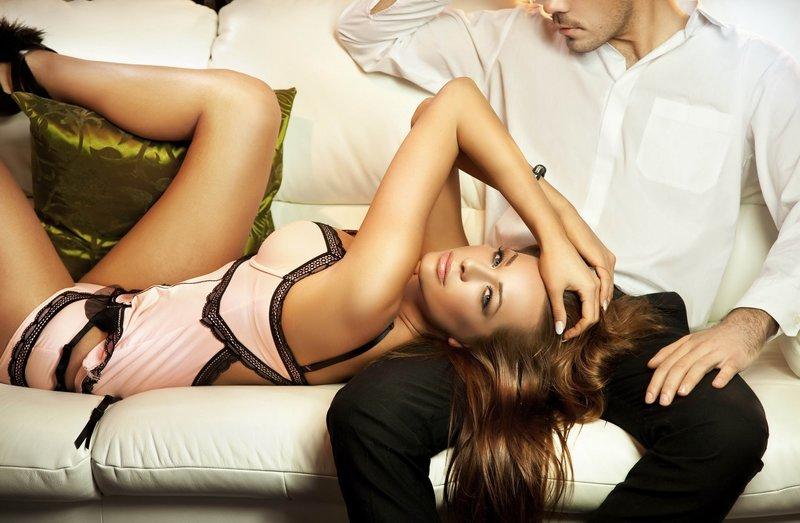 Женщина лежит на коленях у мужчины