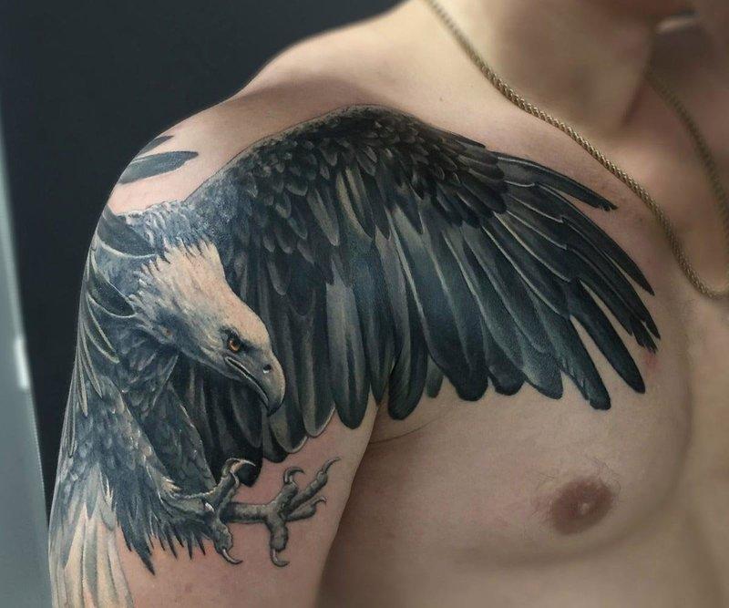 Тату орла на плече