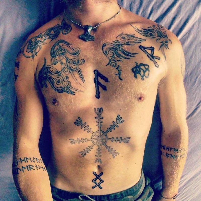 Языческие тату на теле мужчины