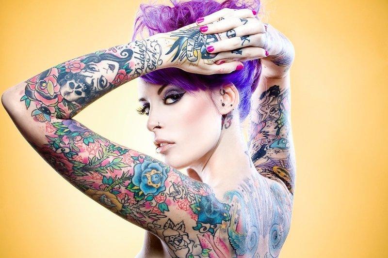 Девушка с цветными татуировками