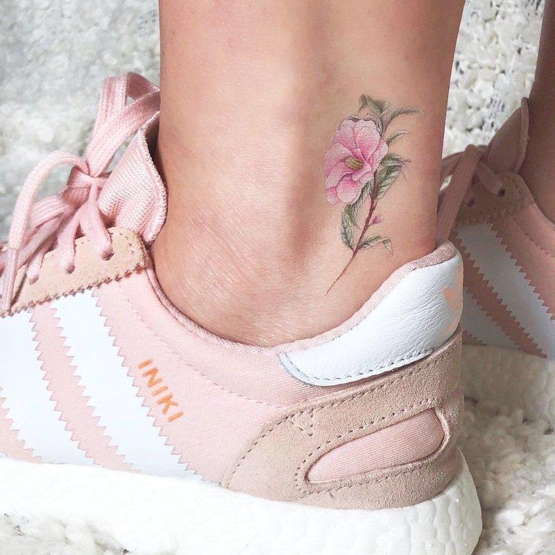 Милый тату цветок на лодыжке у девушки