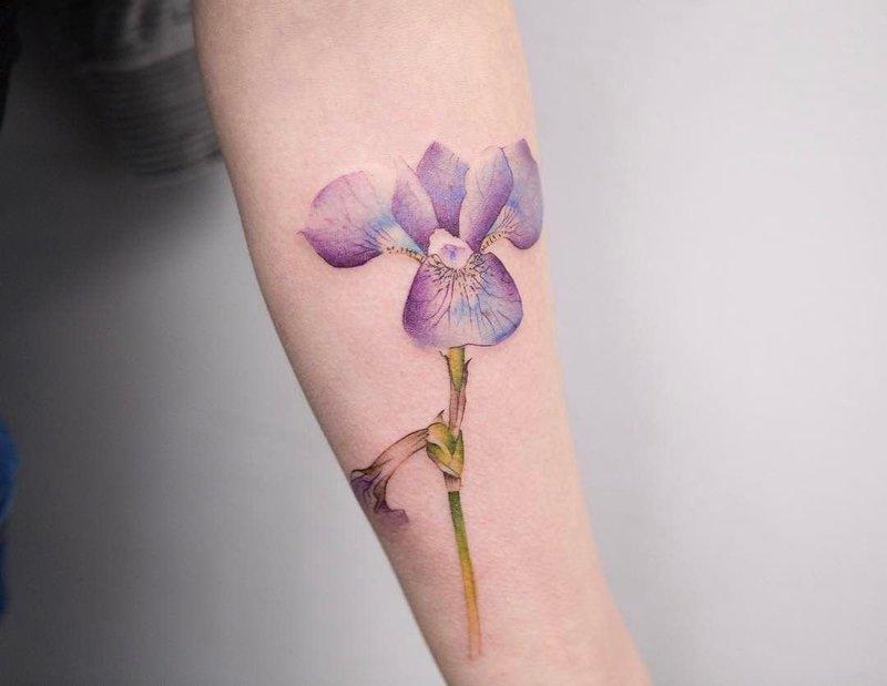 Акварельная тату цветка на предплечье
