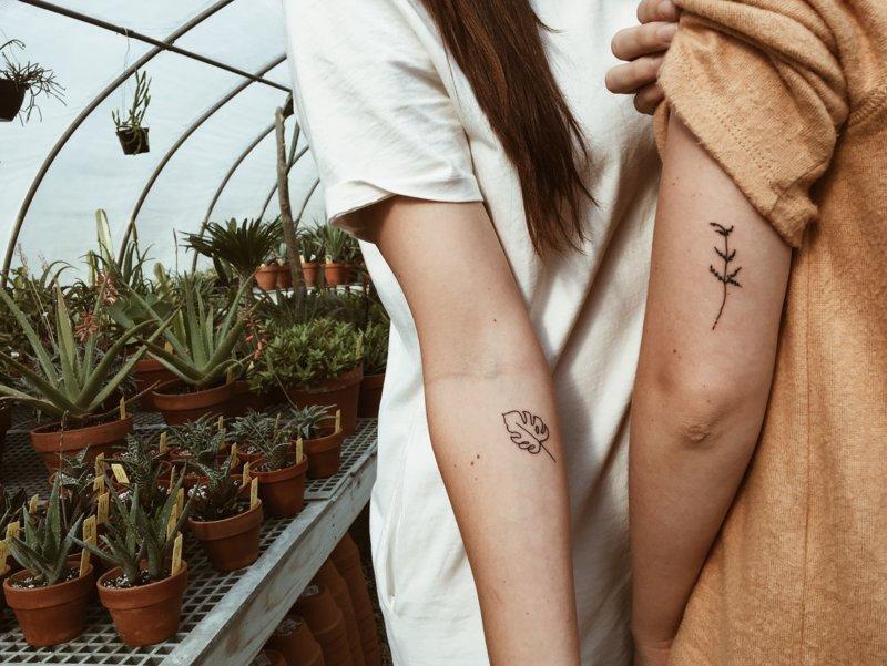 Пара с татуировками на руке