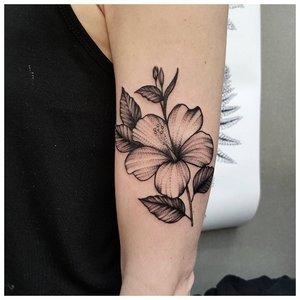 Красивый цветок на руке