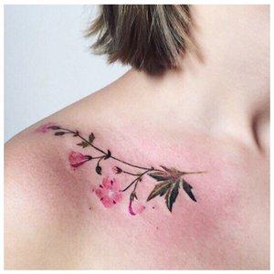 Татуировка цветка на ключице