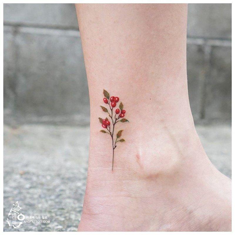 Аккуратный цветочек на щиколотке