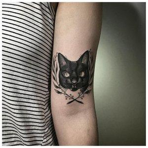 Черная кошка - тату на руке у девушки