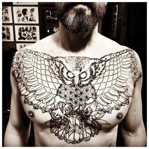 Крупная татуировка мужчине на грудь