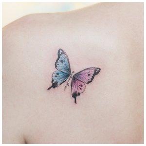 Нежная бабочка на плече