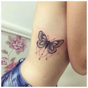 Тату бабочки на ребрах