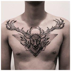 Анималистическое тату у мужчины на груди