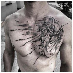 Интересное тату анималистической тематики мужчине на грудь