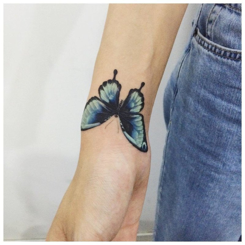 Тату бабочки на руке у девушки