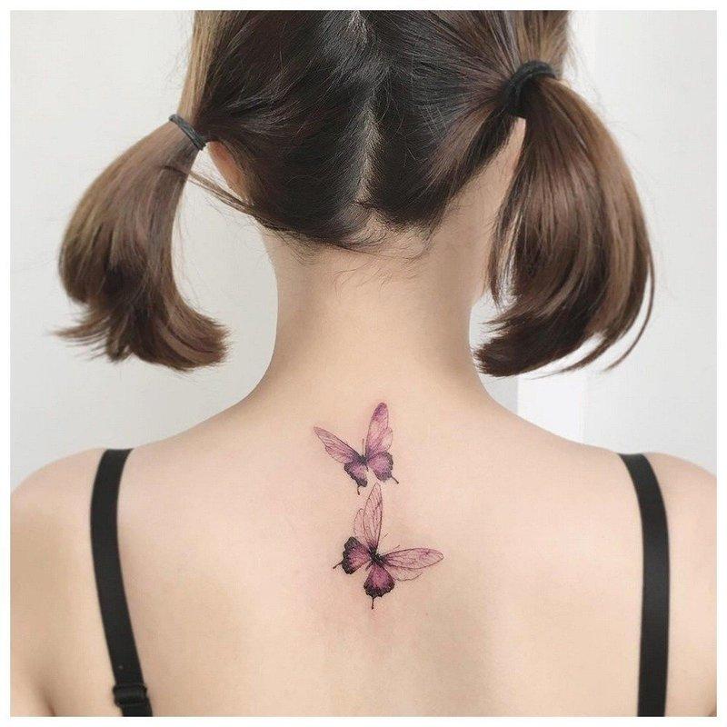 Татуировка у девушки на шее сзади