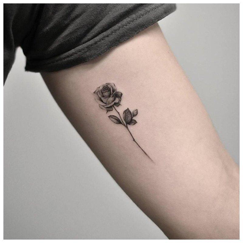 Маленькая аккуратная роза - тату на руке