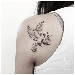 Тату голубя на плече у девушки